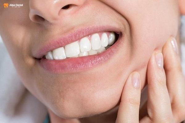 Cao răng có thể gây ra tình trạng ê buốt và đau nhức răng