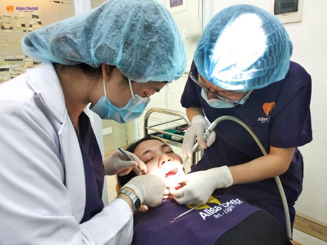 Bác sĩ tại Alisa Dental thực hiện lấy cao răng cho khách hàng