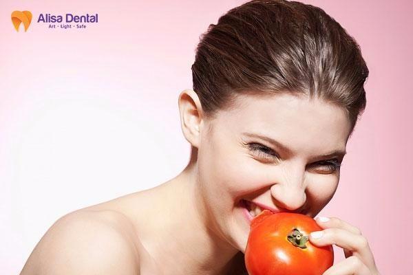 cách làm trắng răng bằng cà chua 1