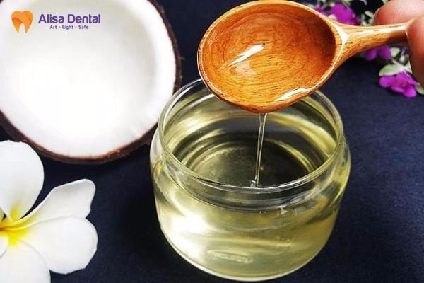 làm trắng răng bằng dầu dừa 3