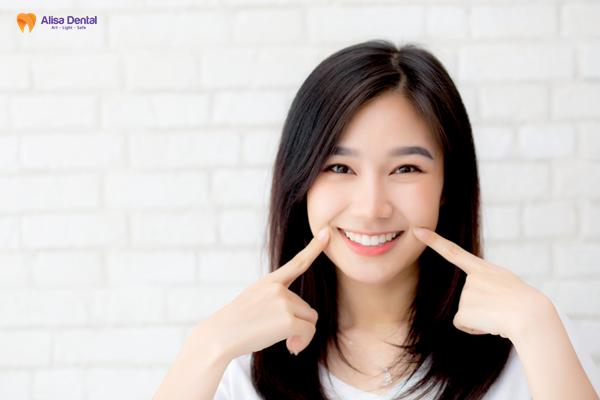 Hình ảnh tự tin khoe nụ cười sau khi bọc răng sứ